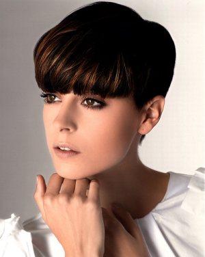 Модная стрижка на короткие волосы для круглого лица